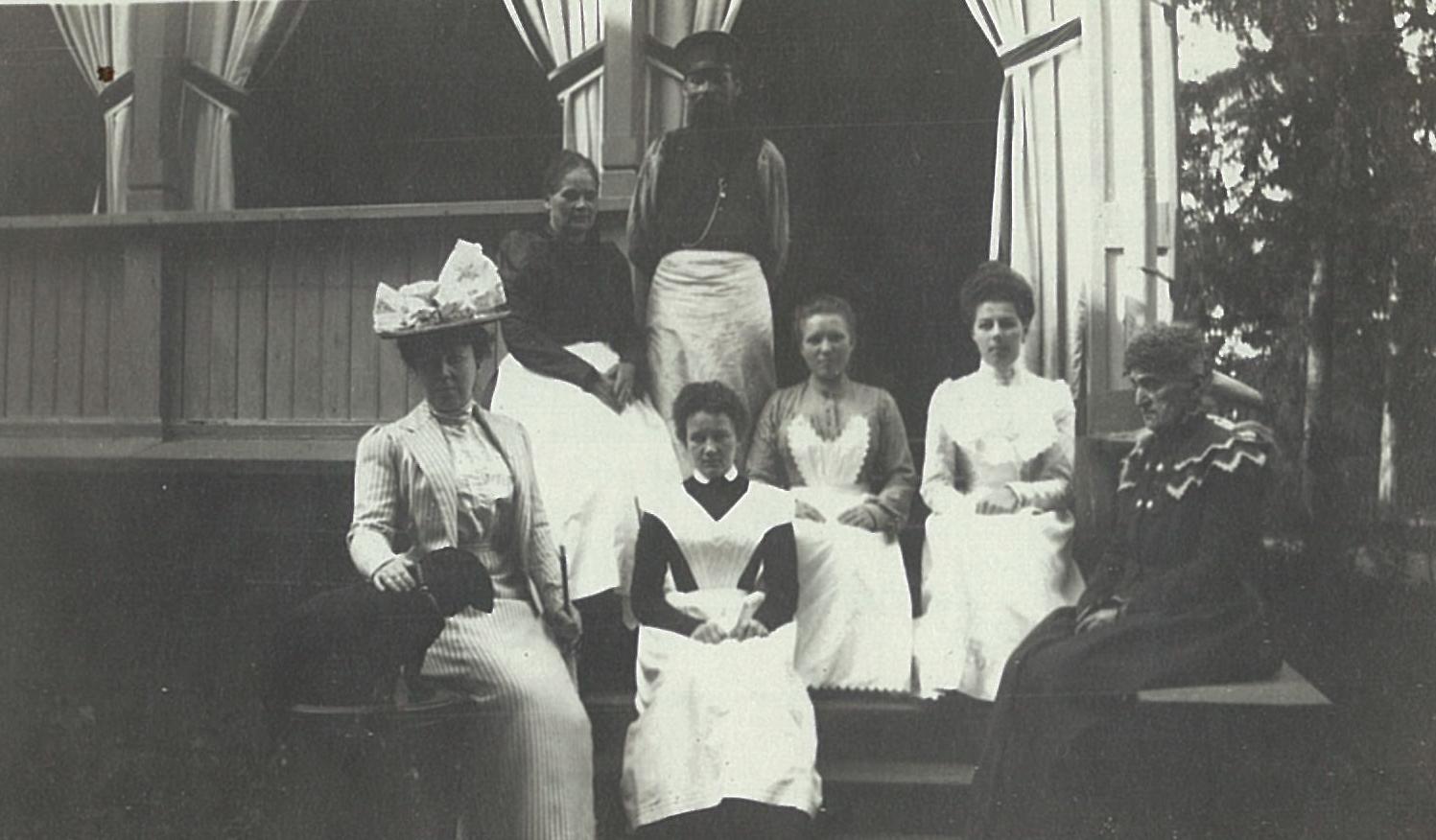 Лидия Маркс (в будущем Всеволожская), слева, на даче Адольфа Маркса.