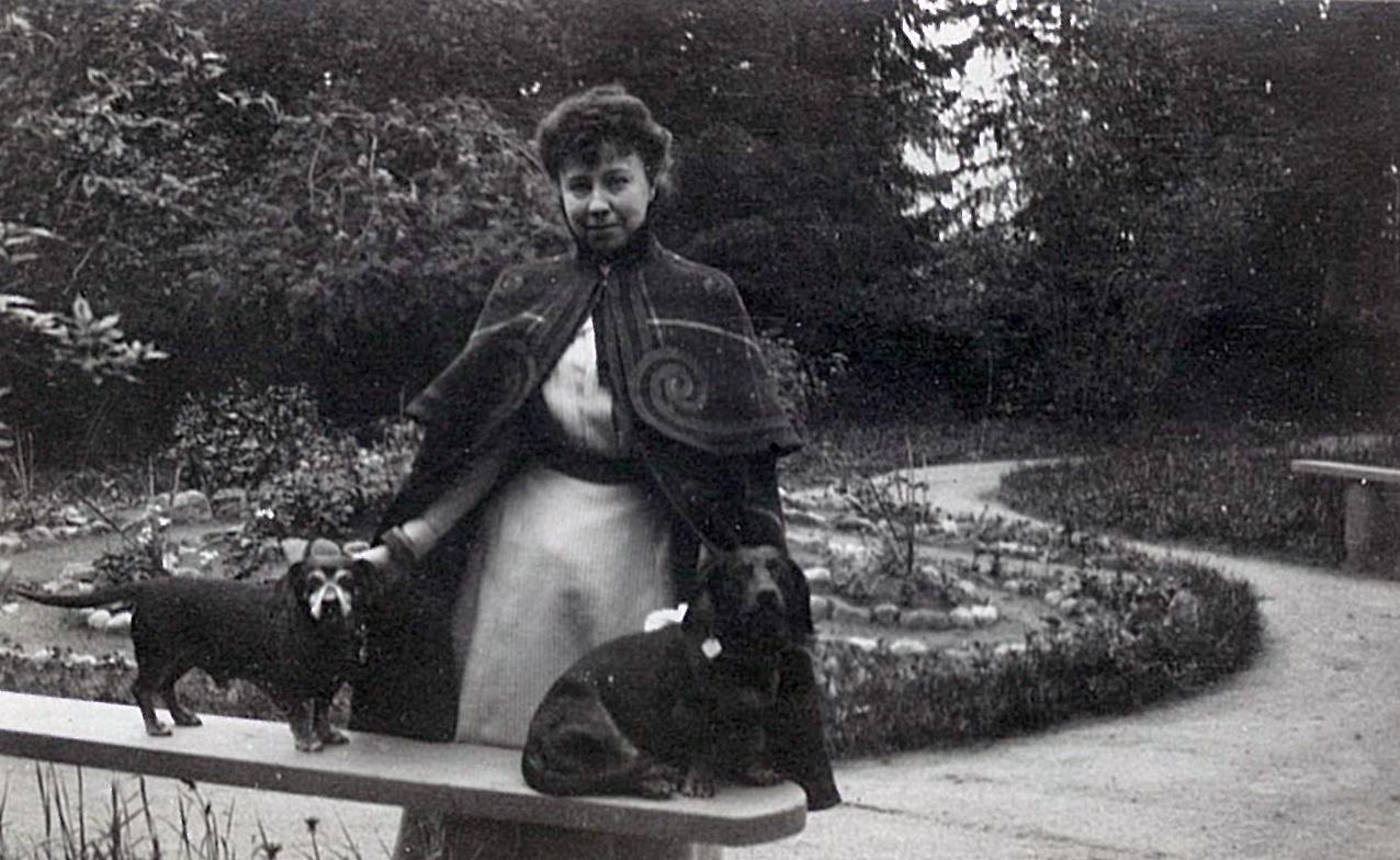 Лидия Маркс (в будущем Всеволожская) с собаками на даче