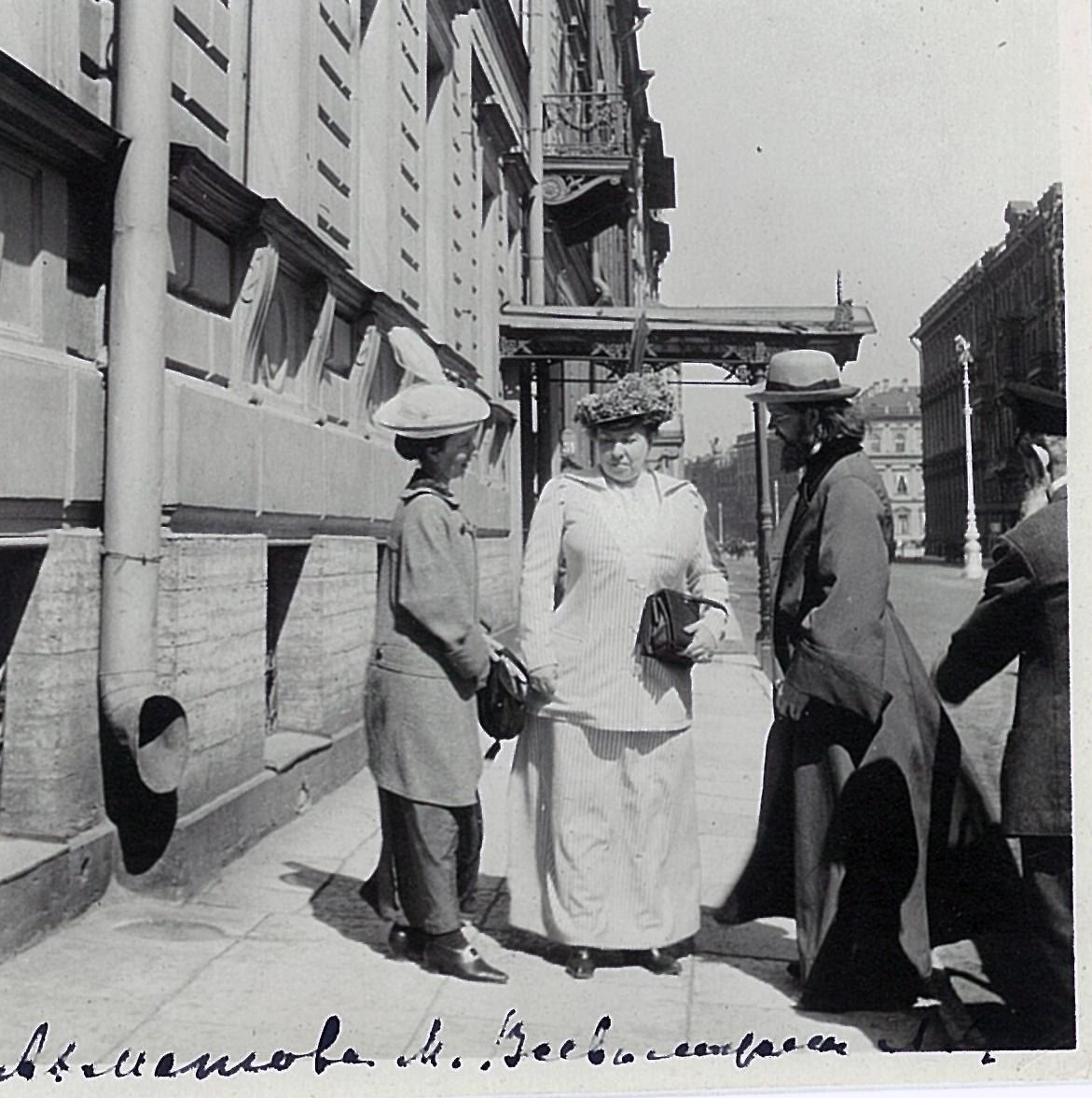 Протоиерей Дмитрий Ахматов с женой и Лидия Маркс-Всеволожская на петербургской улице
