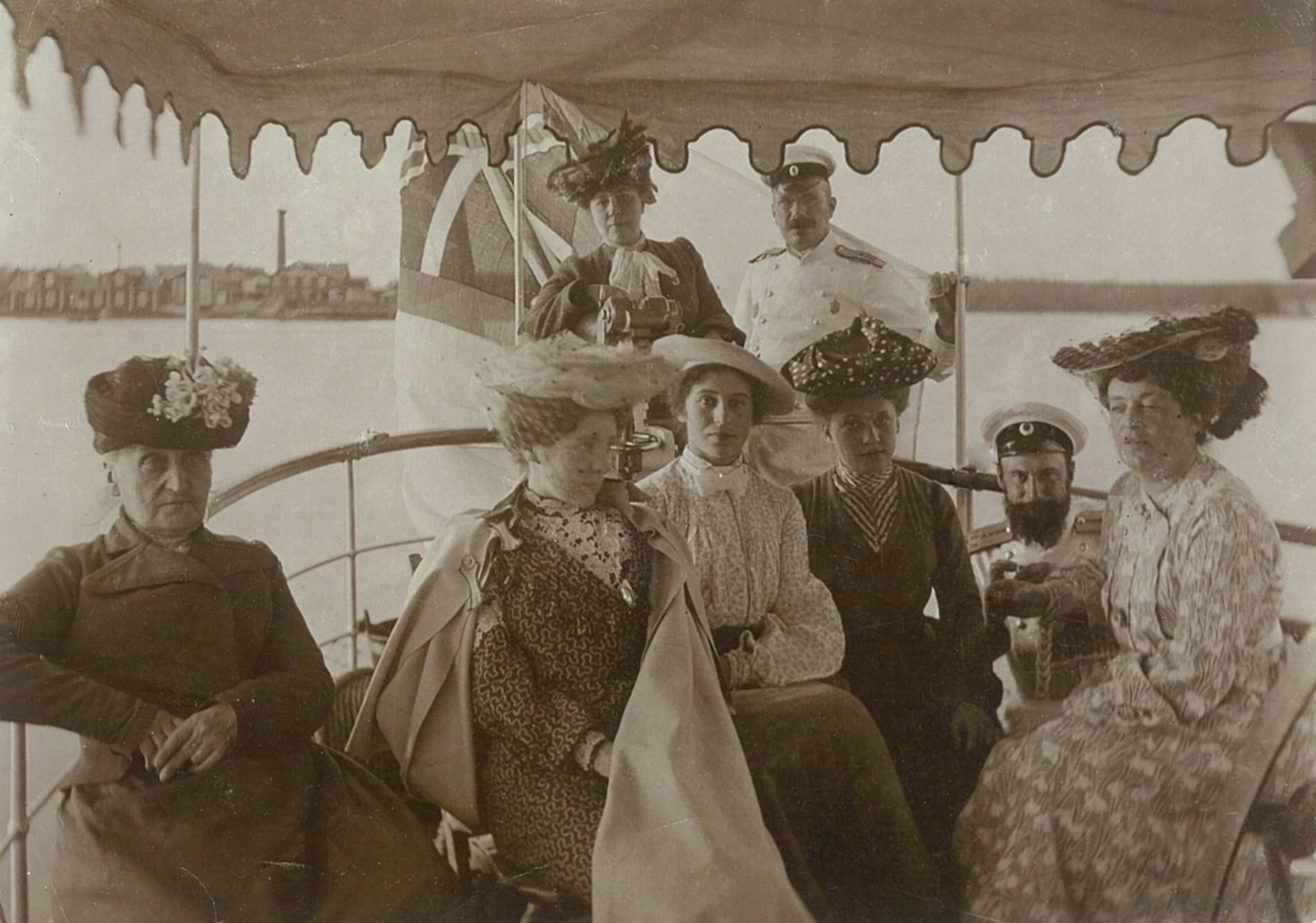 В.П. и Л.Ф. Всеволожские (сверху) с гостями на борту яхты «Орёл»