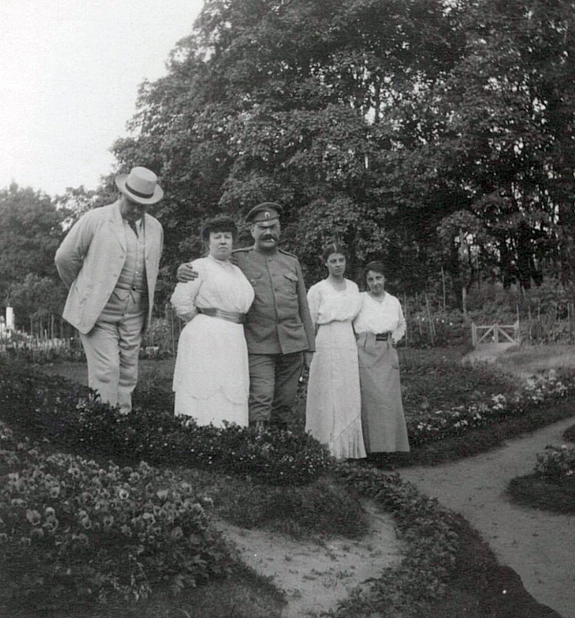 В.П. и Л.Ф. Всеволожские (в центре) в цветнике перед усадебным домом