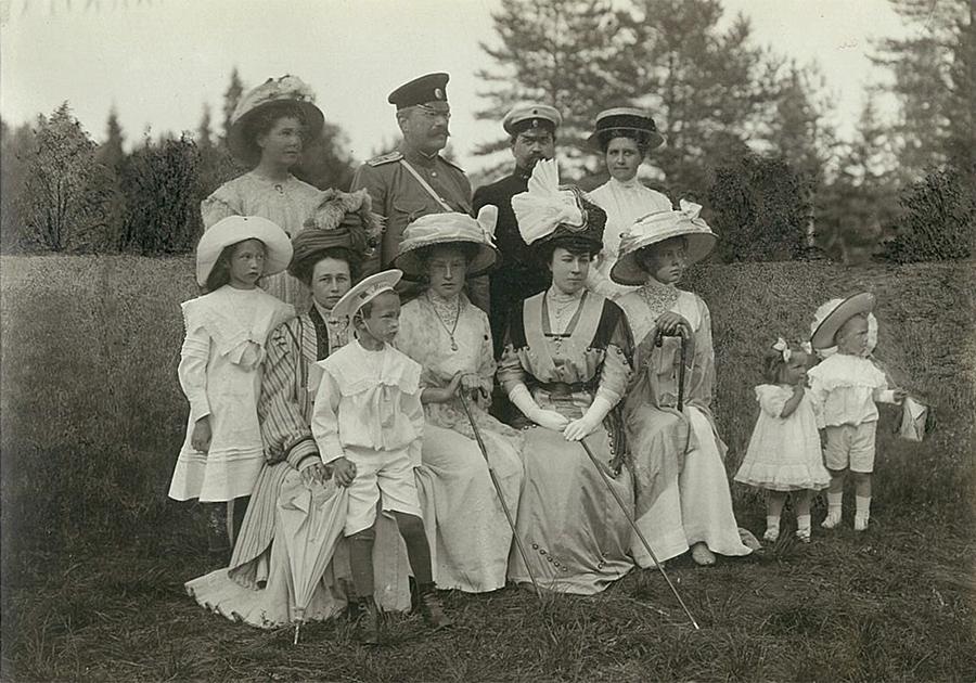 В.П. и Л.Ф. Всеволожские с родственниками и гостями в весеннем парке усадьбы