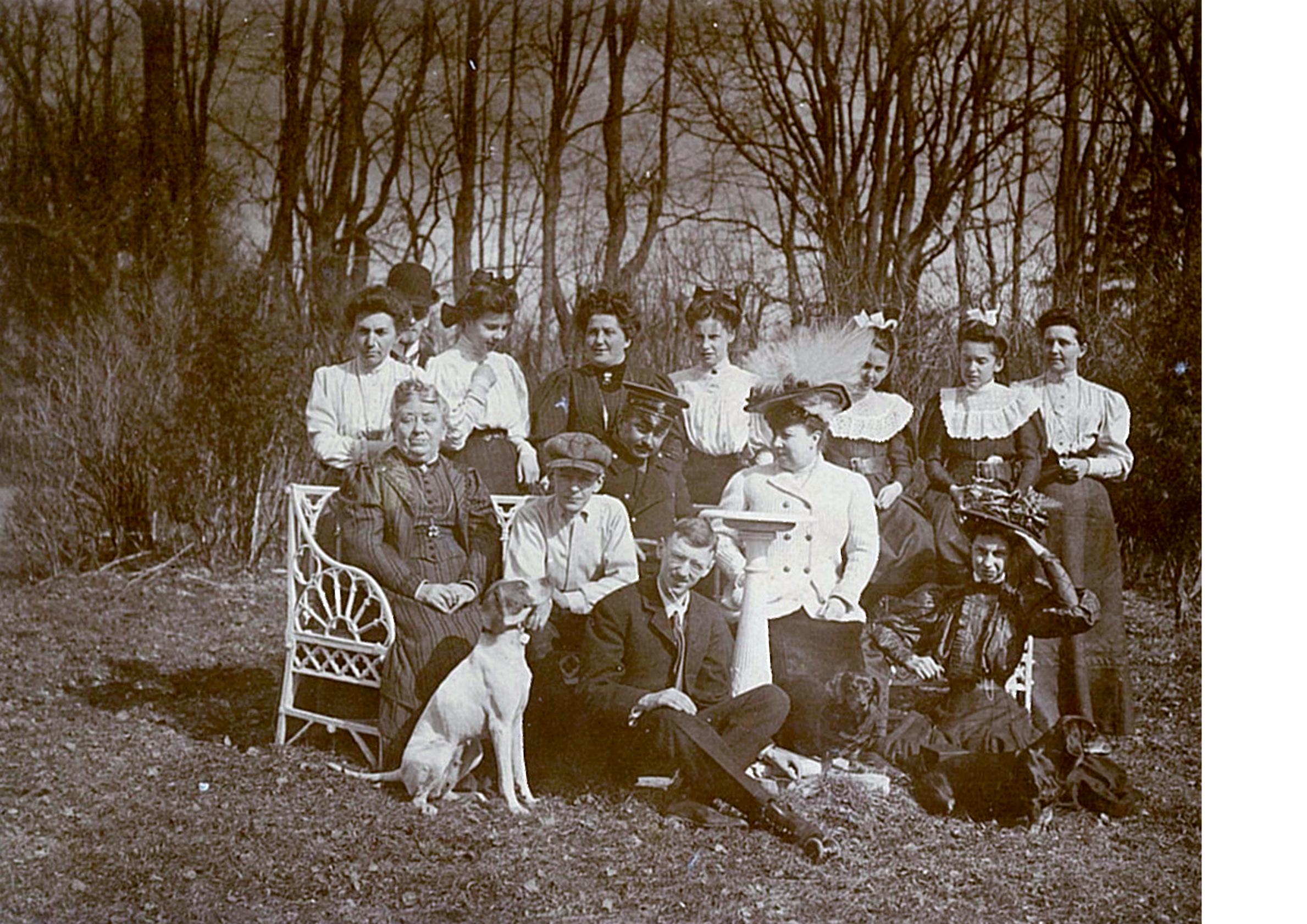 Лидия Всеволожская (в шляпе и светлом жакете) с родственниками и гостями в весеннем парке усадьбы