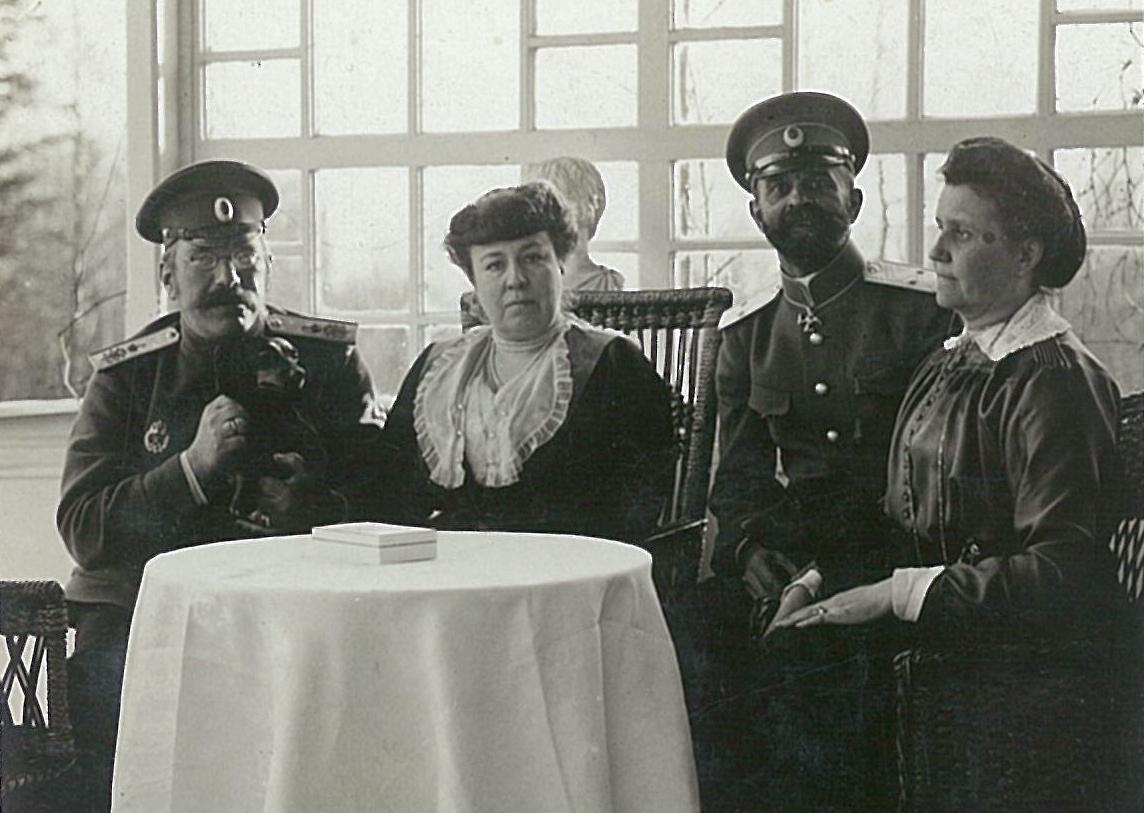 В.П. и Л.Ф. Всеволожские (слева) с гостями на террасе усадебного дома
