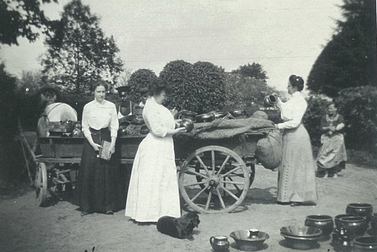 Ирина Граббе, Лидия Всеволожская и Ольга К. покупают гончарную посуду перед усадебным домом в Рябово