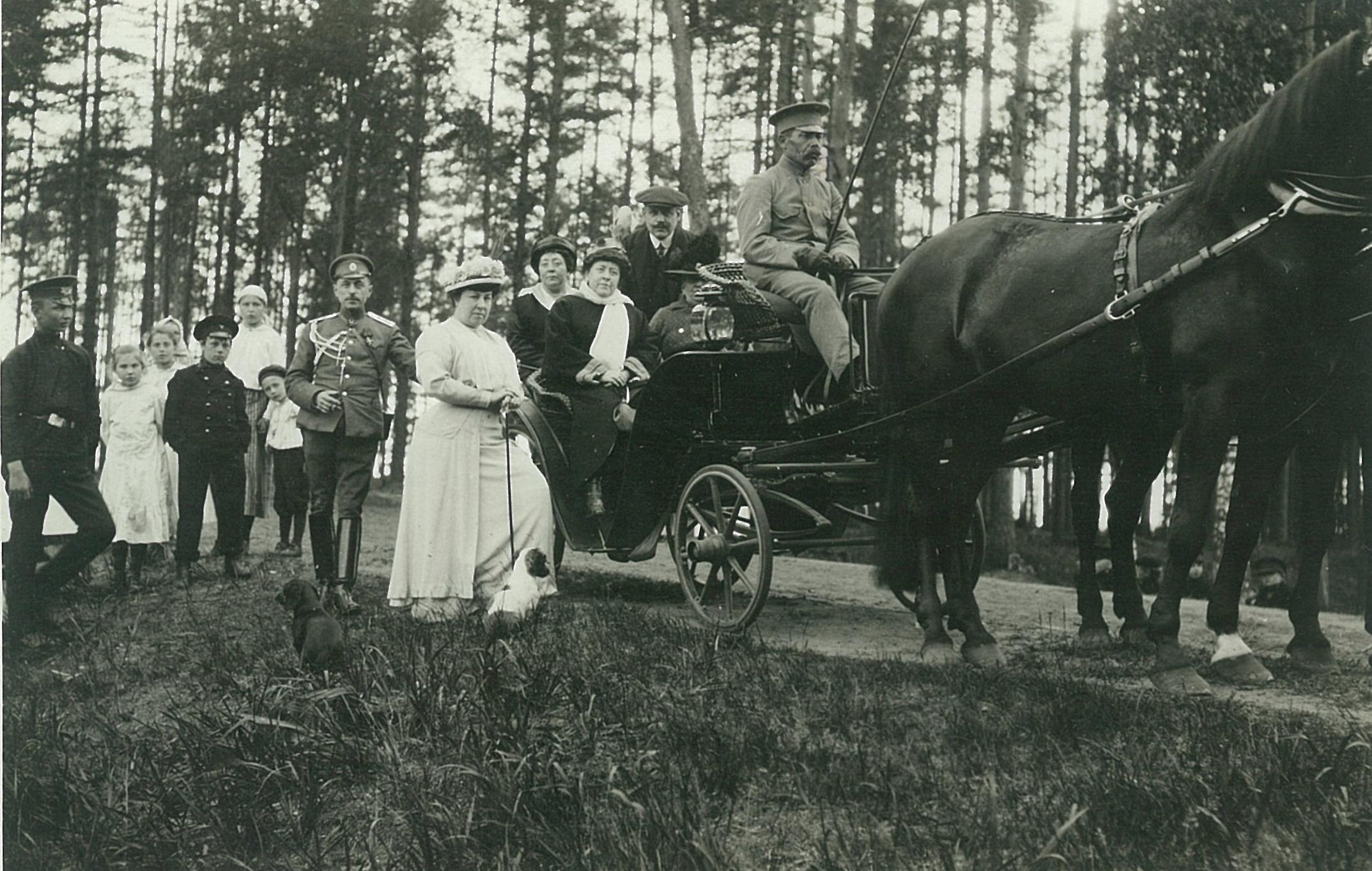 Л.Ф. Всеволожская (в светлом пальто) с гостями на прогулке в парке усадьбы Рябово