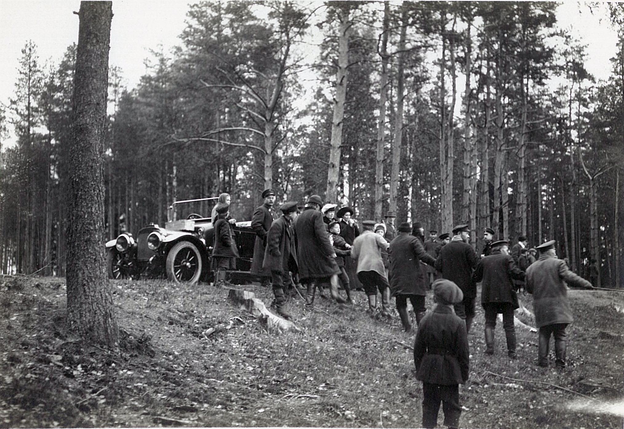 Л.Ф. Всеволожская у личного автомобиля наблюдает за рыбной ловлей сетями на Большом озере