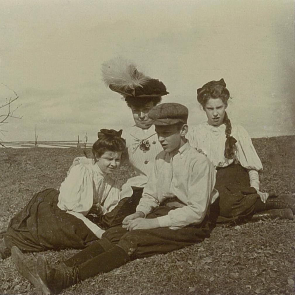 Л.Ф. Всеволожская с детьми (родственниками В.П. Всеволожского) на весеннем поле в Рябово