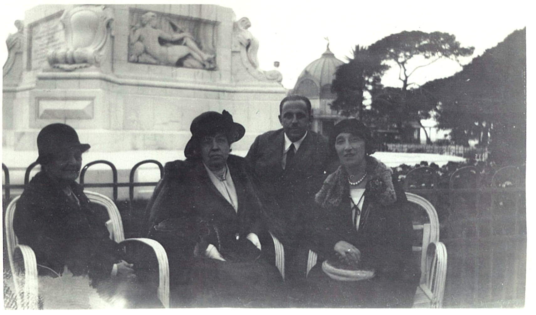 Лидия Всеволожская (в центре), 1920-е годы.