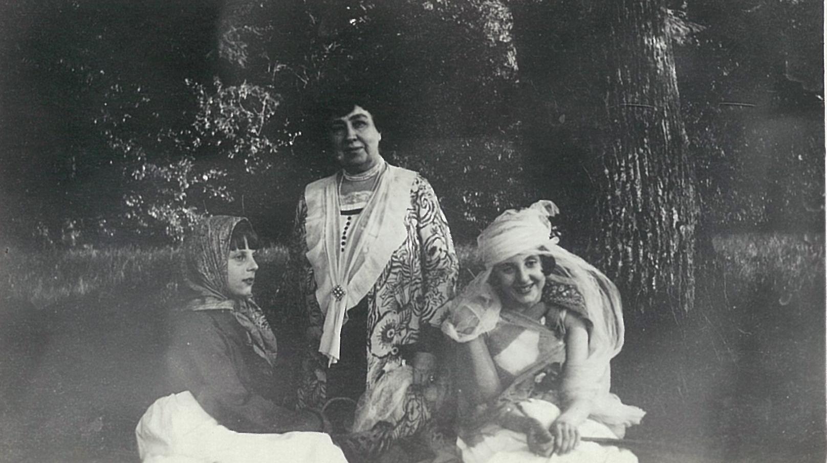 Лидия Всеволожская и две девочки в карнавальных костюмах, 1920-е годы