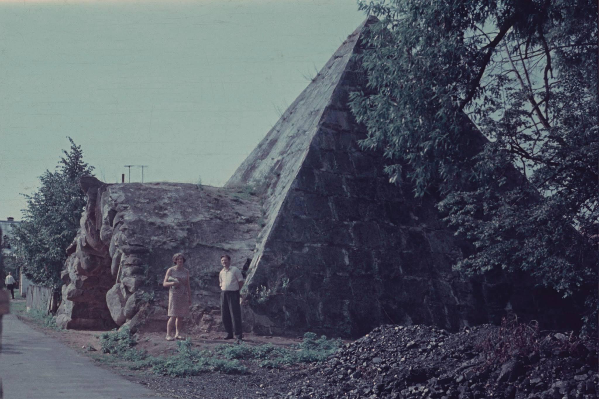 Окрестности Торжка. Пирамида-погреб в усадьбе Митино