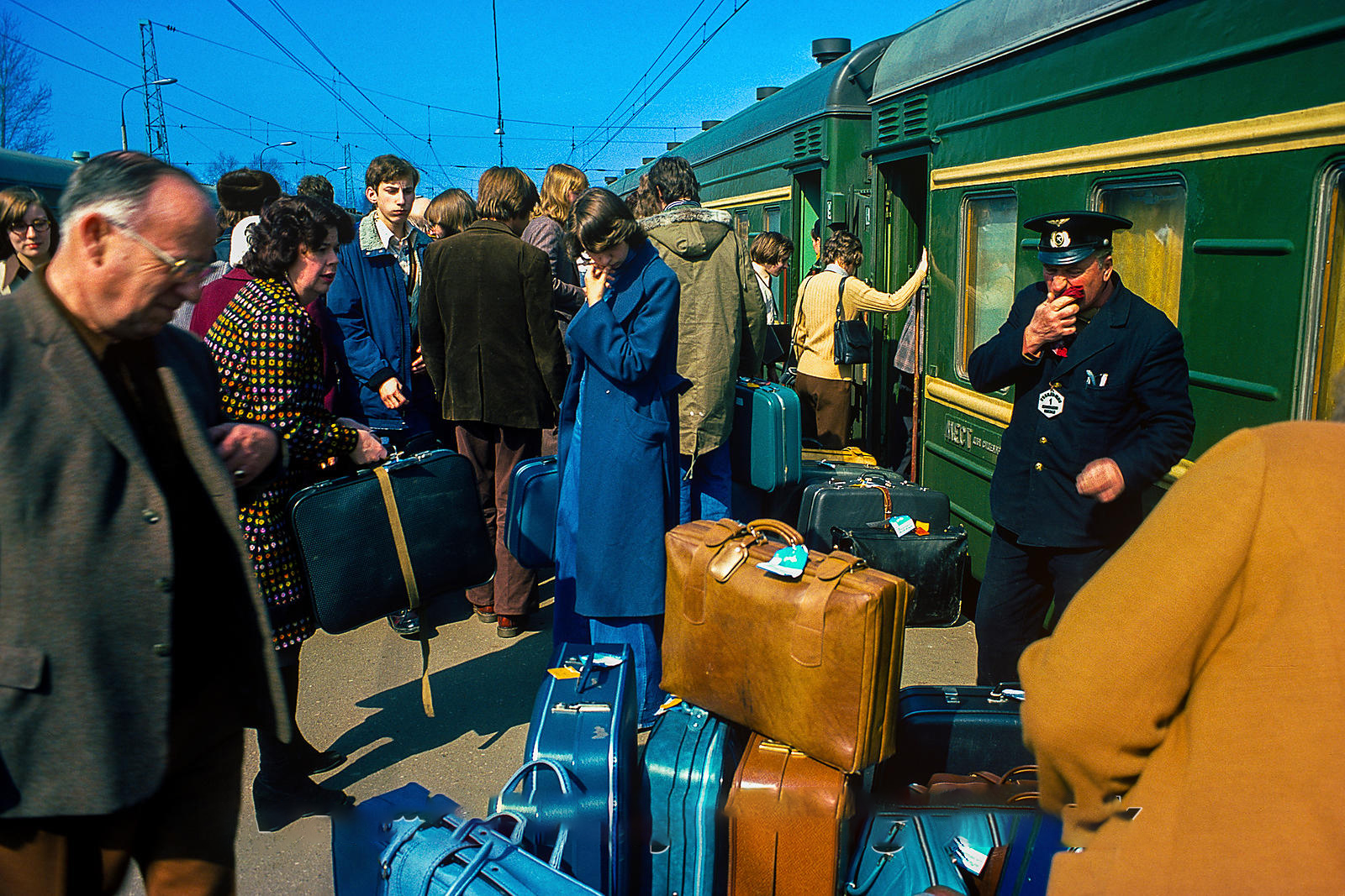 Экспресс Москва-Ленинград. Охранник наблюдает, пока турист пытается найти багаж