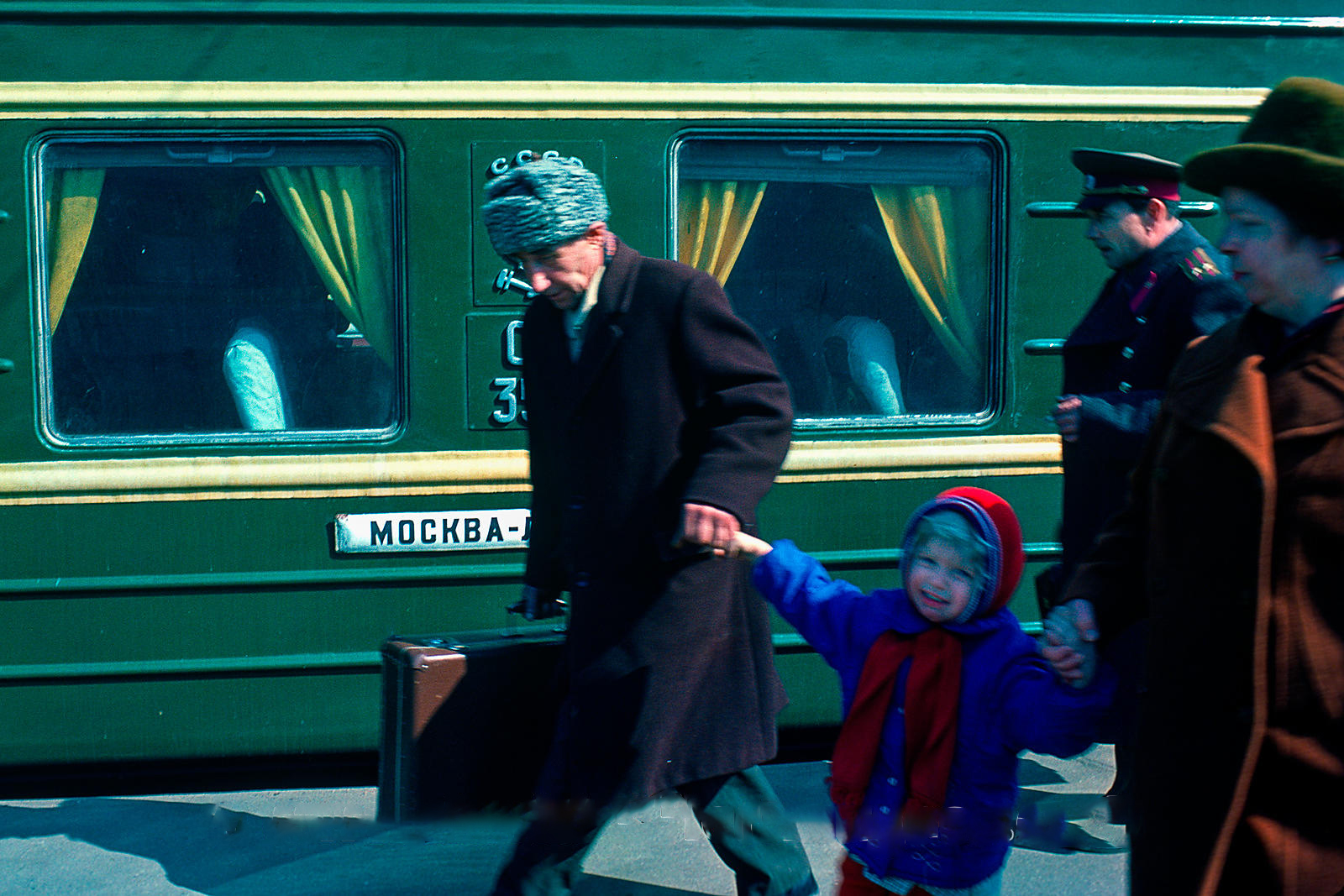Экспресс Москва-Ленинград. Крепко схваченный бабушкой и дедушкой, неохотно путешественник направляется на поезд