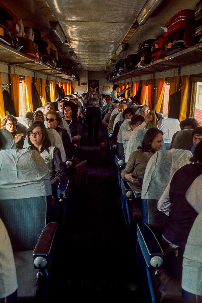 Экспресс Москва-Ленинград. Обратите внимание на верхние стойки, набитые большими чемоданами