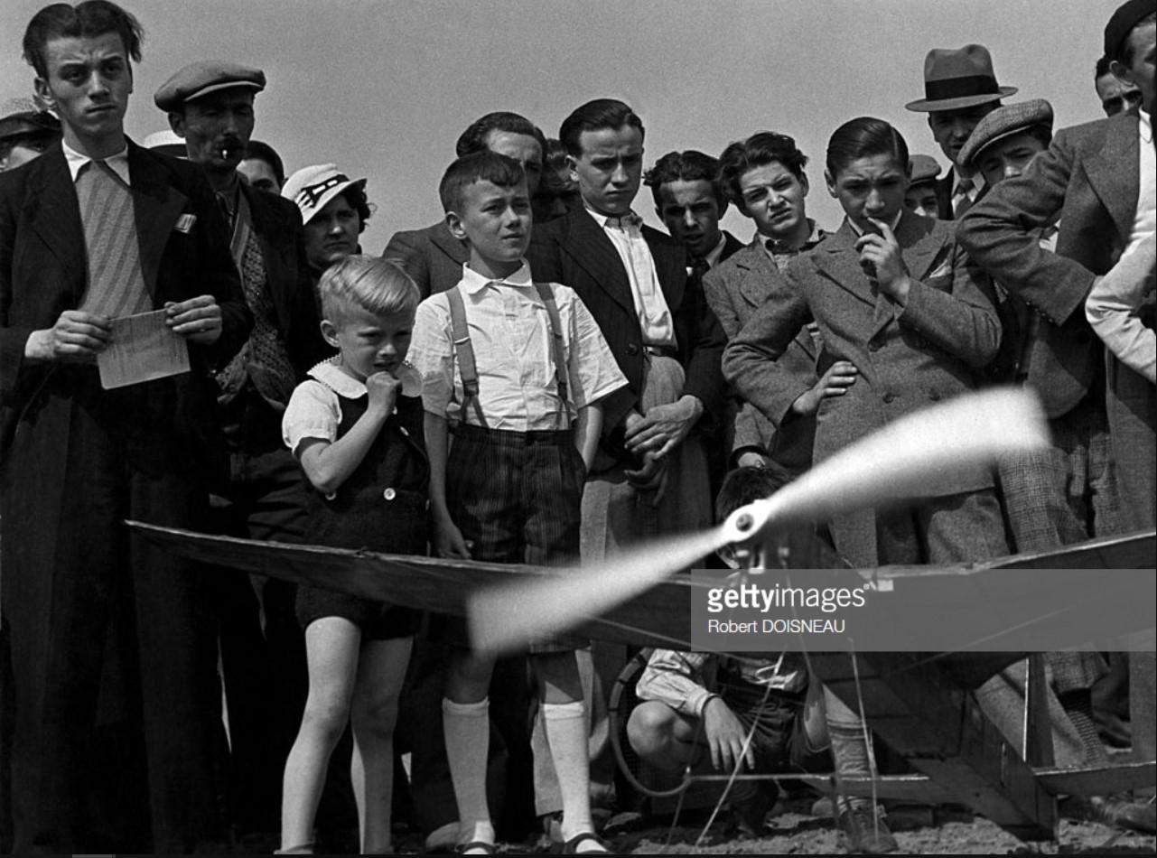 1936. Толпа смотрит на самолет с дистанционным управлением в Винсенн