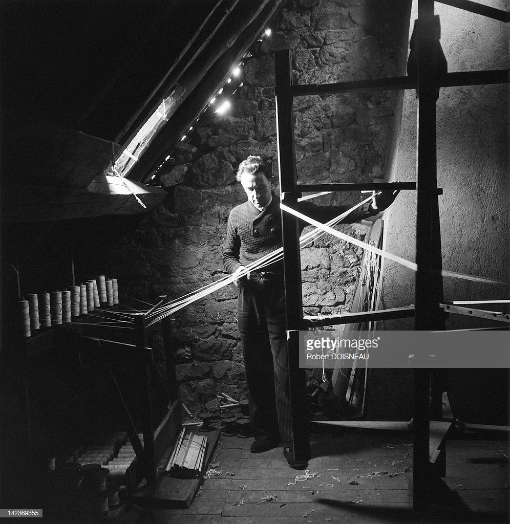 1945. Человек, работающий на чердаке на прядильном станке