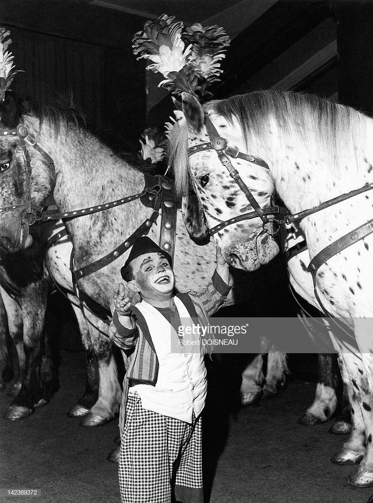 1949. Клоун с лошадьми в цирке Пиндера, Париж