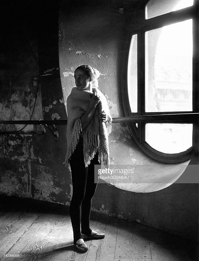 1950. Танцовщица балета Лиан Дейде в ротонде Парижской оперной балетной школы