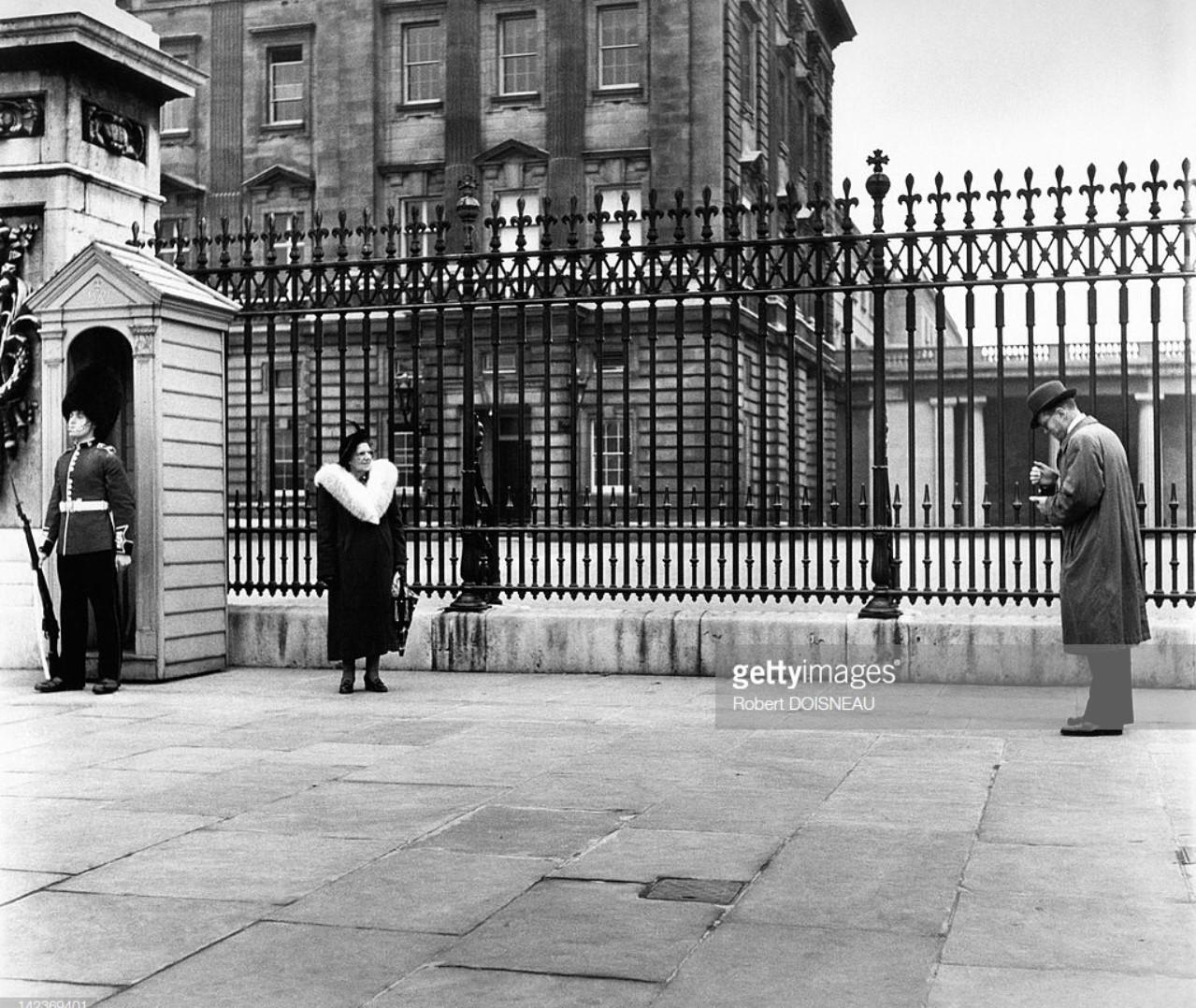 1950. Человек фотографирует перед Букингемским дворцом, Лондон