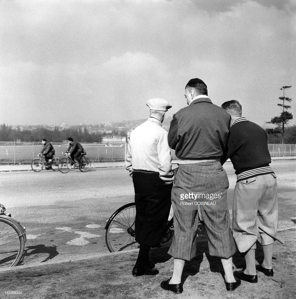 1953. Велосипедисты воскресным утром