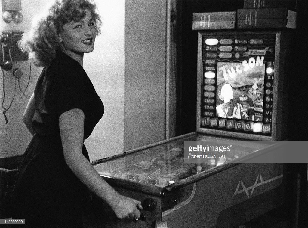 1953. Молодая женщина играет в пинбол в баре Майоля. 6 октября, Париж