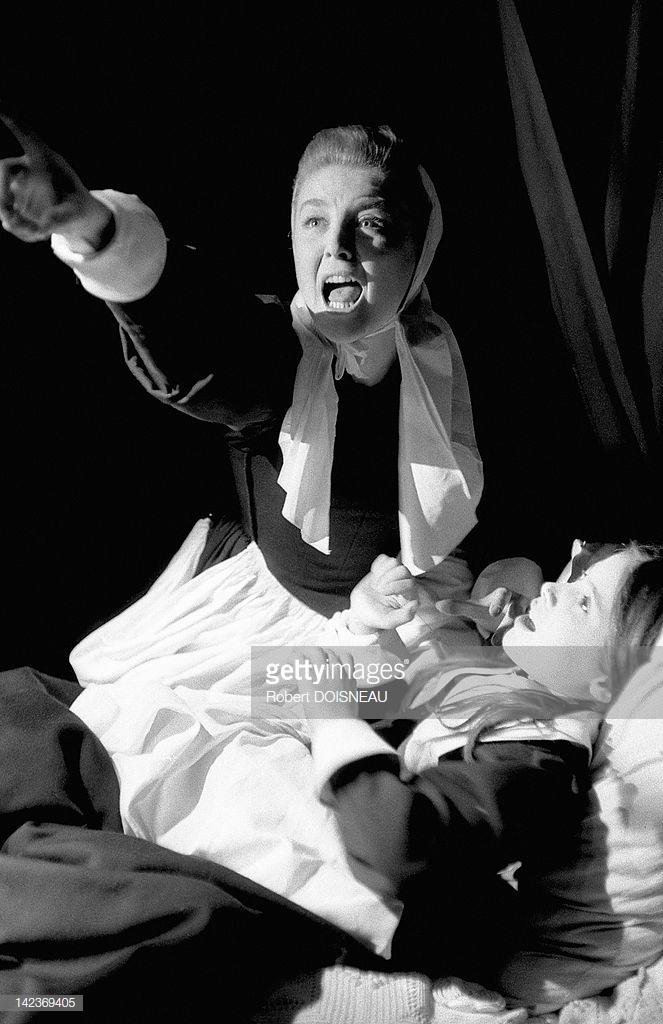 1955. Французская актриса Николь Курсель, играющая в «Суровом испытании», драме на основе судебных процессов в Салеме, написанной американским драматургом Артуром Миллером
