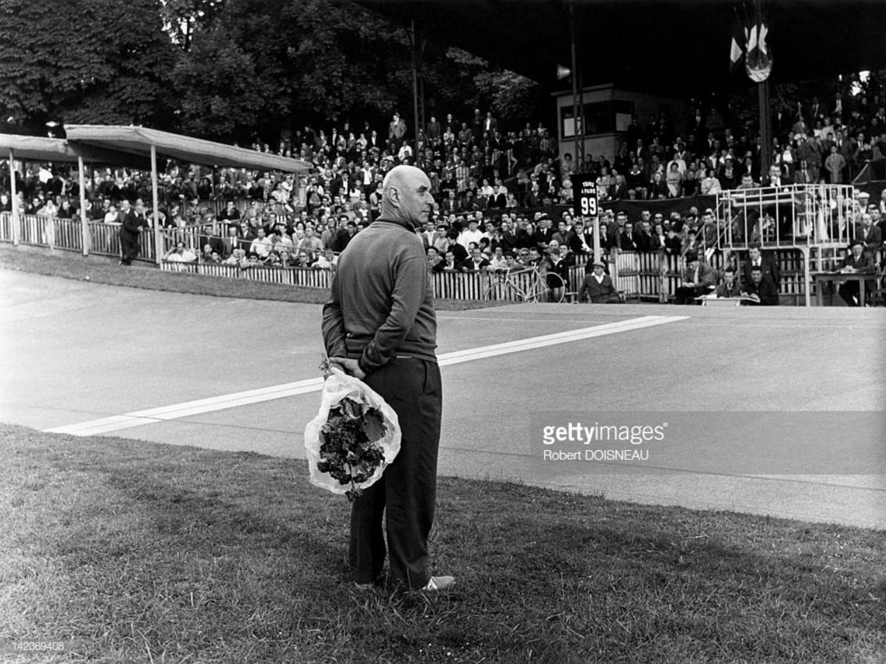 1959. Мужчина держит букет цветов для победителя на велодроме Венсенна