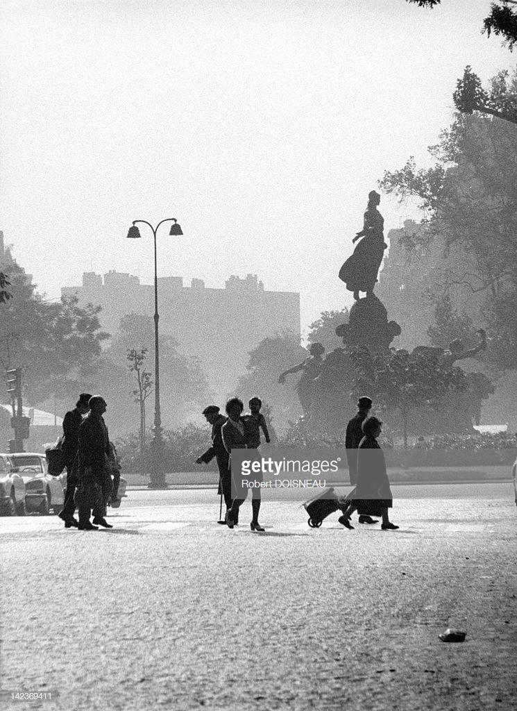 1972. Люди на перекрестке авеню Филиппа Огюста в октябре