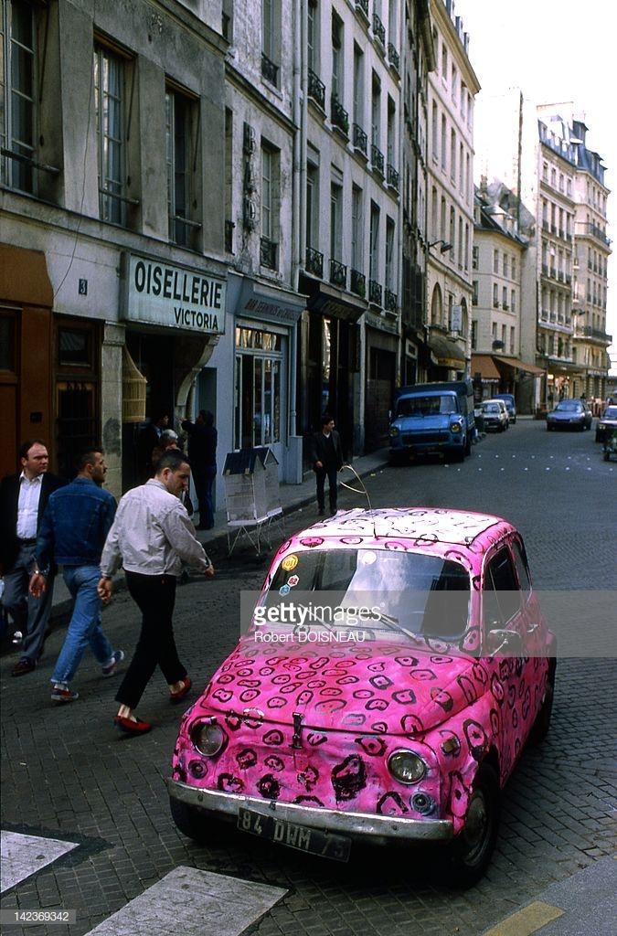 1975. Розовый автомобиль в Париже