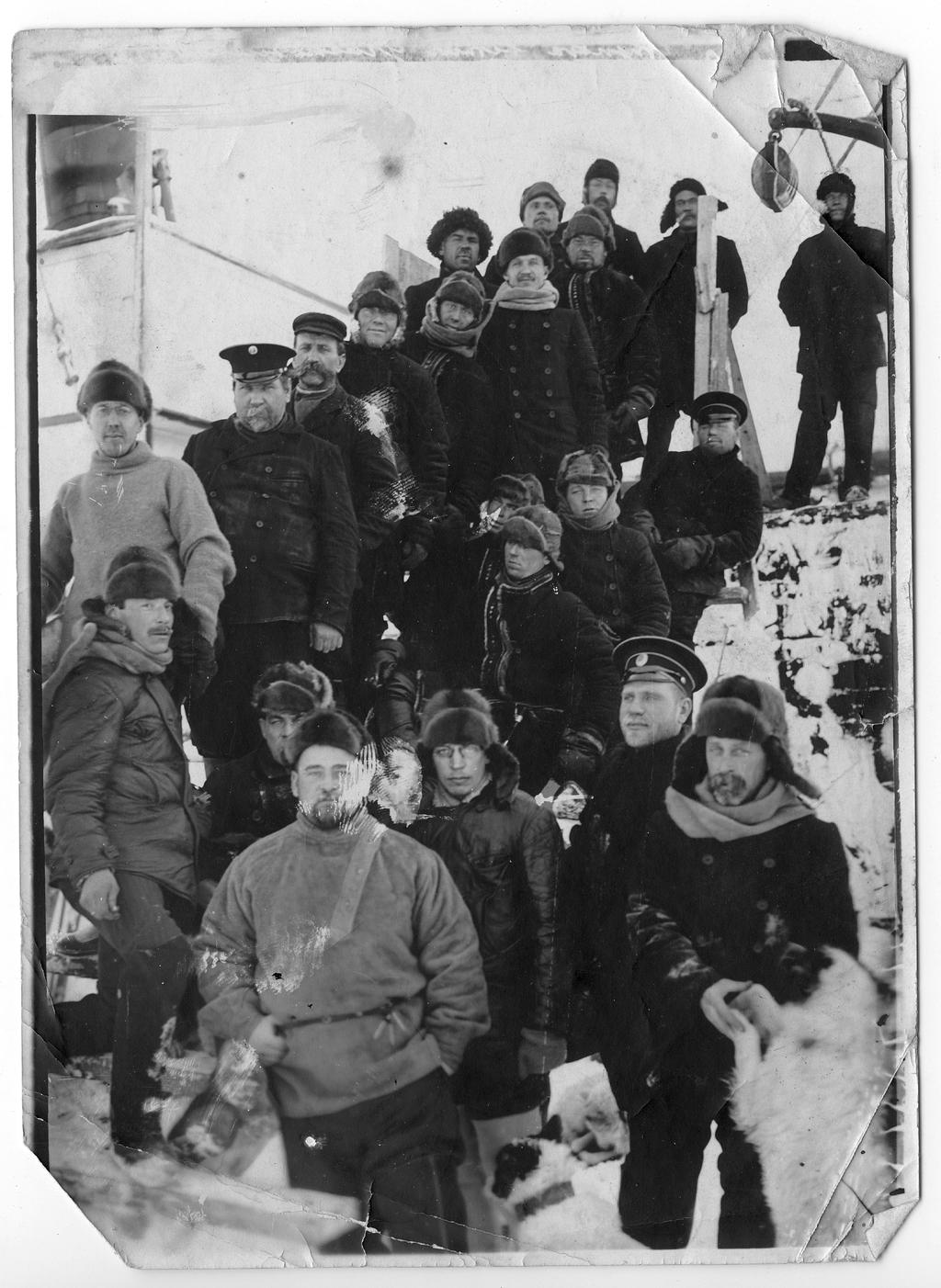 Участники экспедиции к Северному полюсу во время первой зимовки