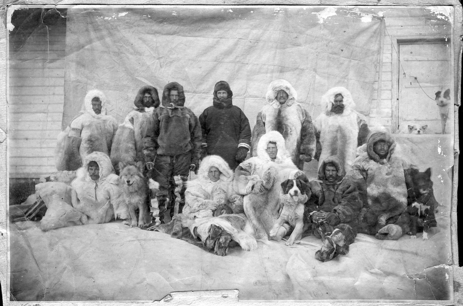 Участники экспедиции во время первой зимовки