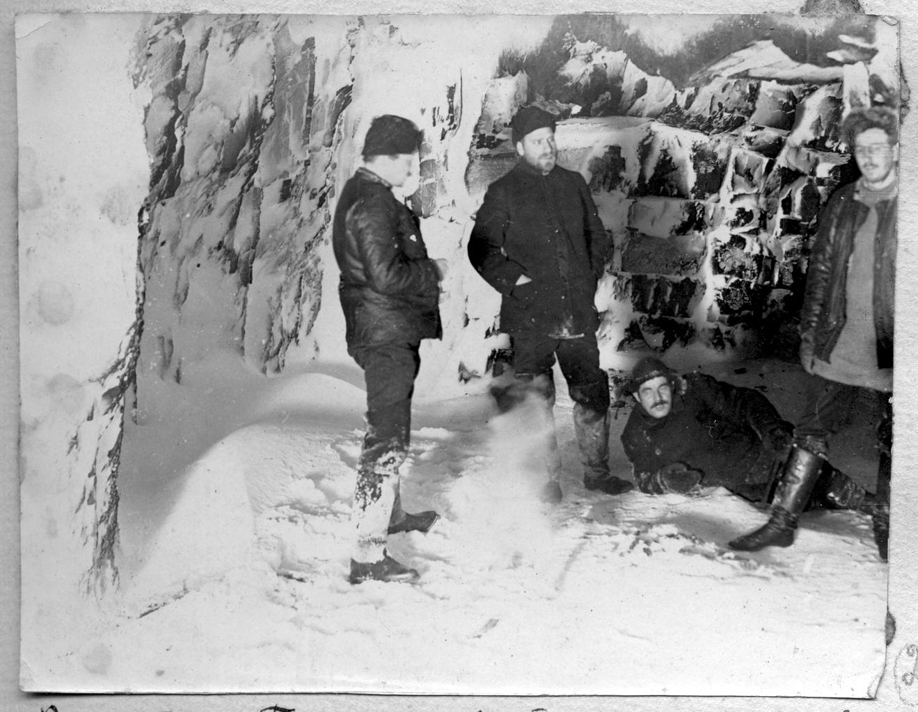Седов Г. Я. и участники экспедиции в гроте. Полярная ночь