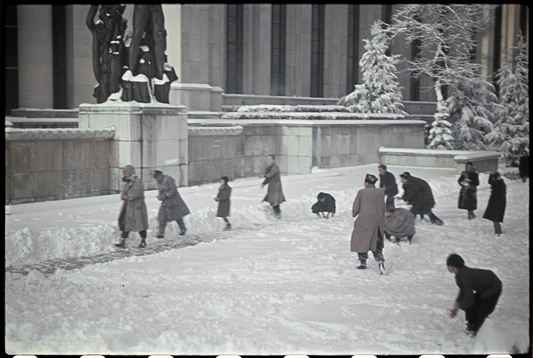 В Трокадеро немецкие солдаты играют с детьми в снежки