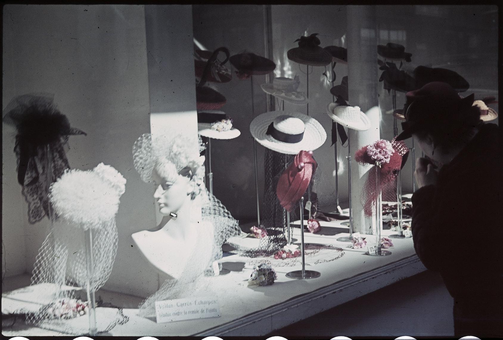 Витрина женских головных уборов на Гранд-бульварах