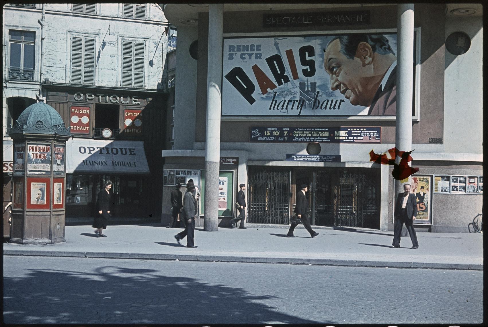 Возле кинотеатра Lux-Bastille