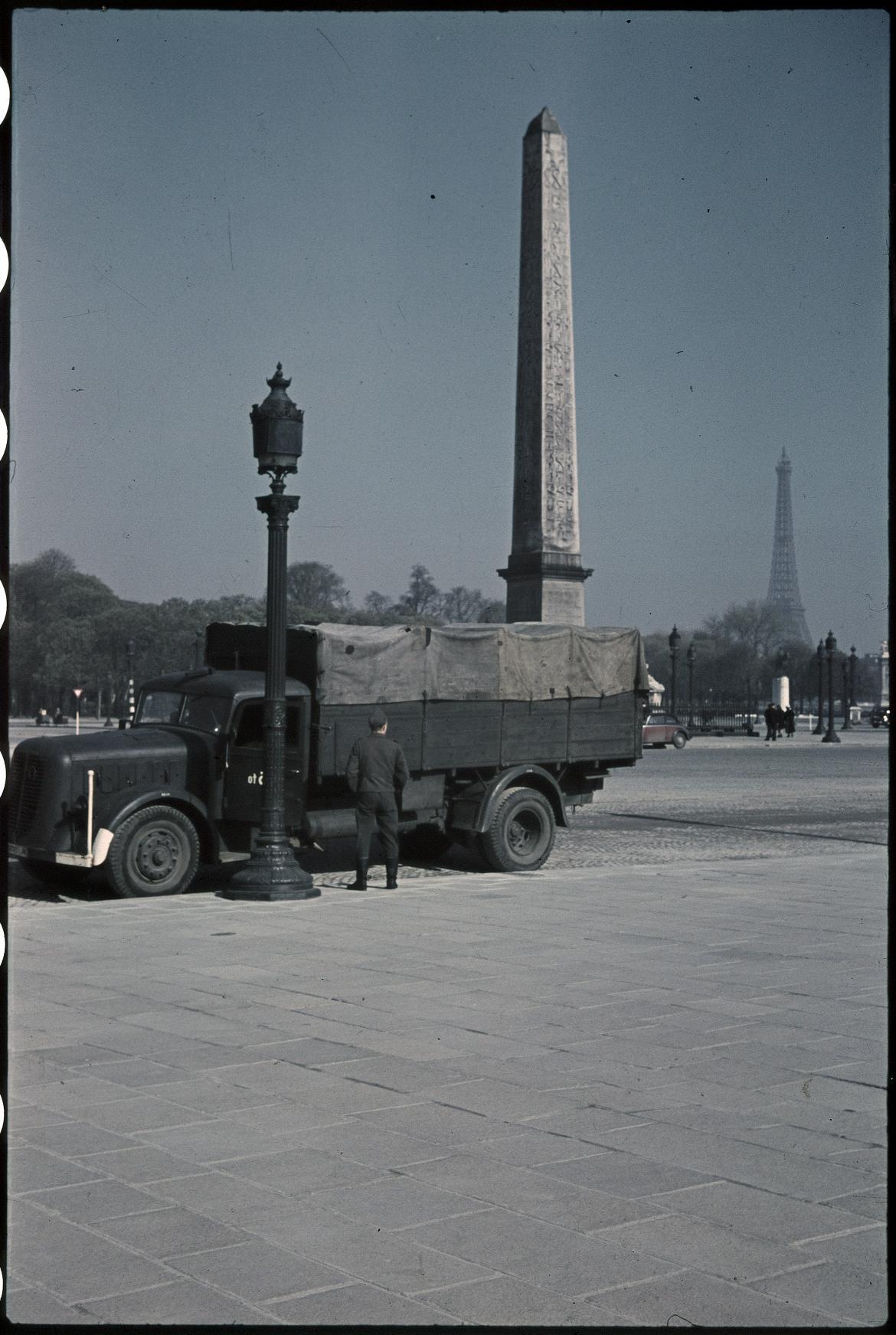 Немецкий военный грузовик перед обелиском на площади Согласия