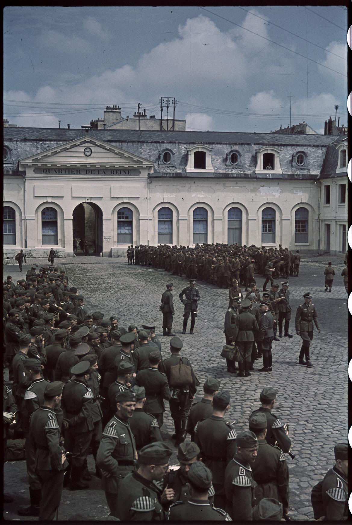 Французский волонтерский легион (LVF) и его флаги в Версальском лагере