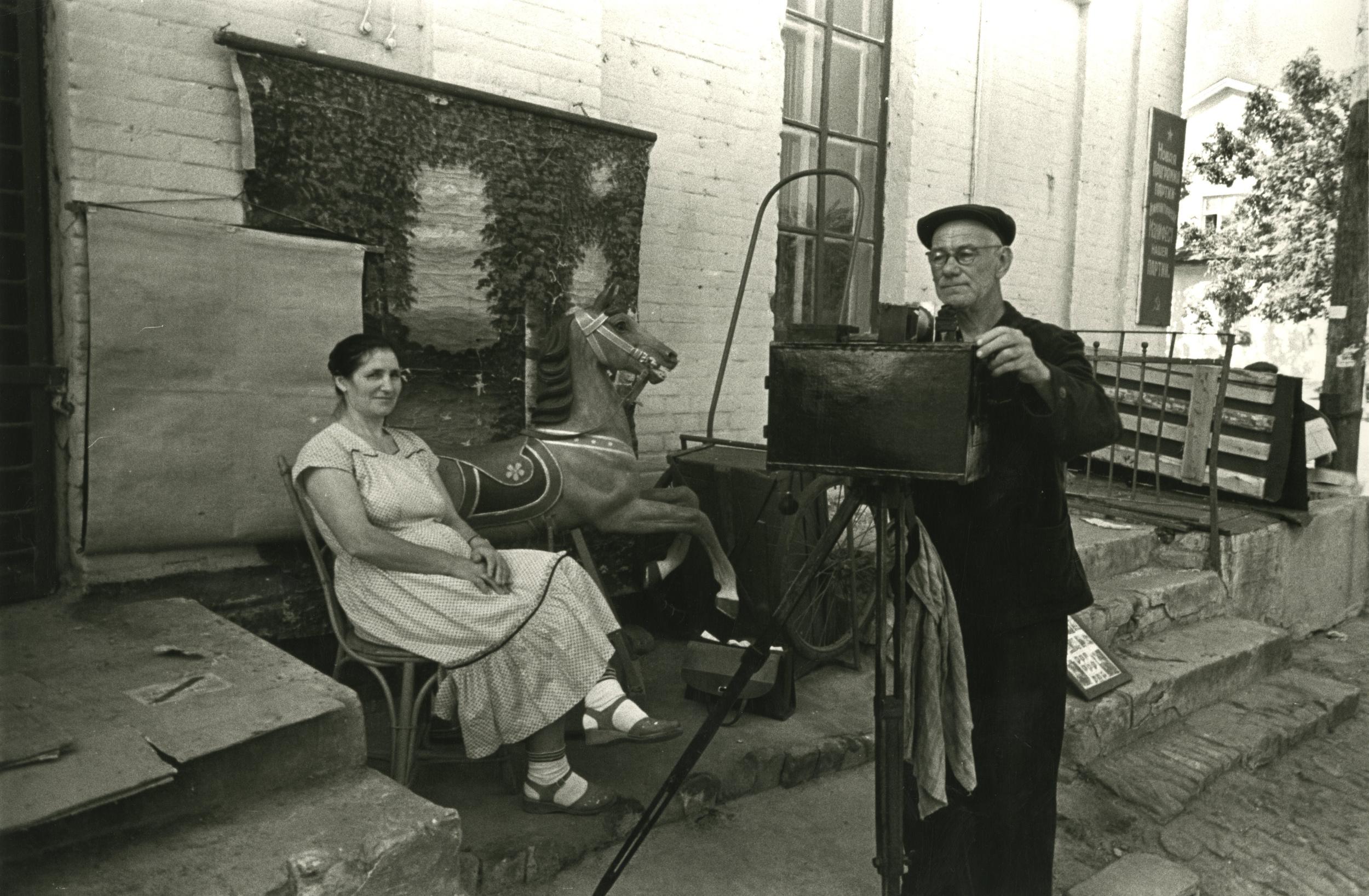 1951. Матус М.Я. «Провинциальный фотограф» из серии «Старый альбом»