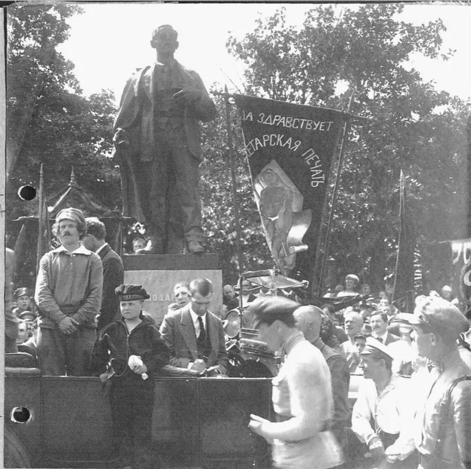 Открытие памятника Володарскому. Поэт Князев читает стихи