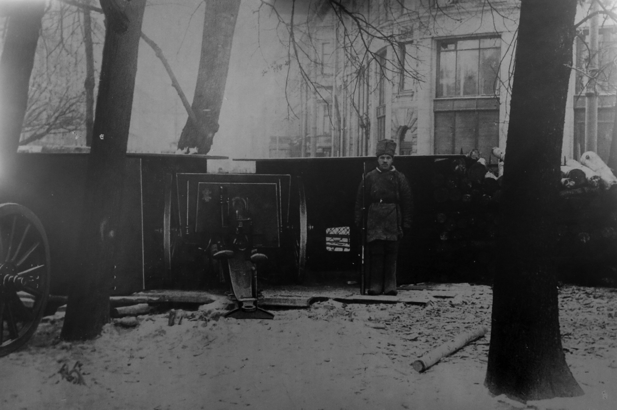Оборона Петрограда. Артиллерийская установка в Александровском саду. Октябрь