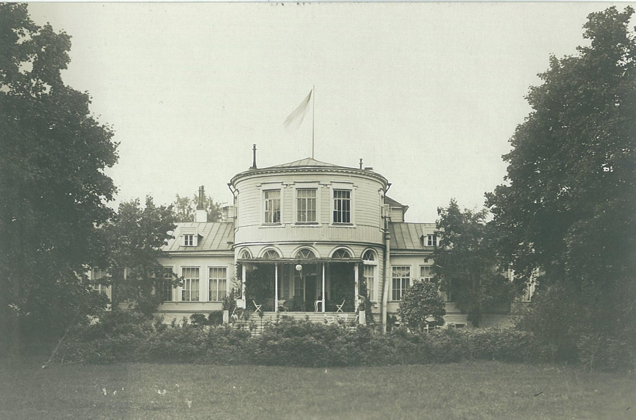 Садовый фасад с террасой усадебного дома