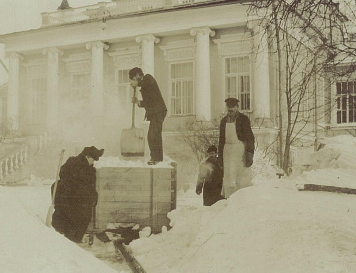 Уборка снега перед главным фасадом усадебного дома