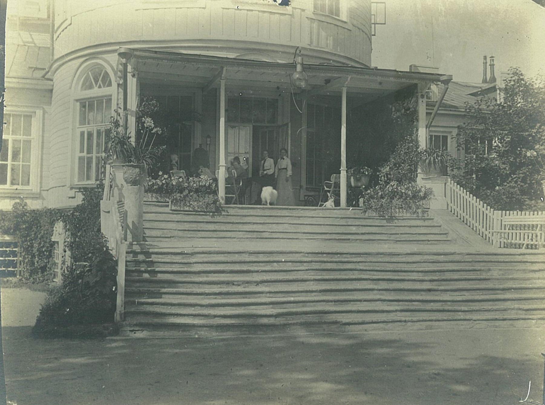 Терраса садового фасада усадебного дома