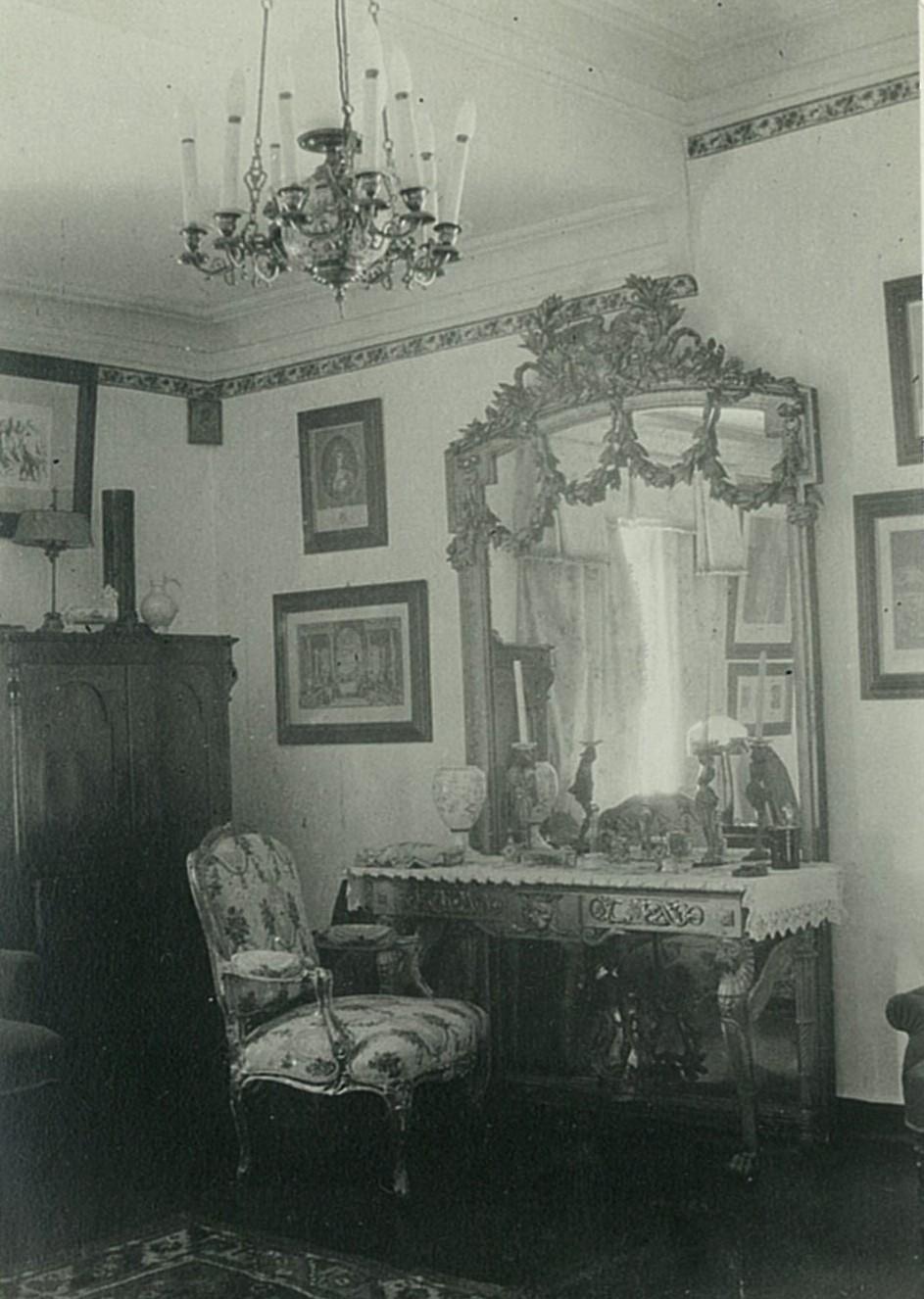 Комната с большим зеркалом в усадебном доме