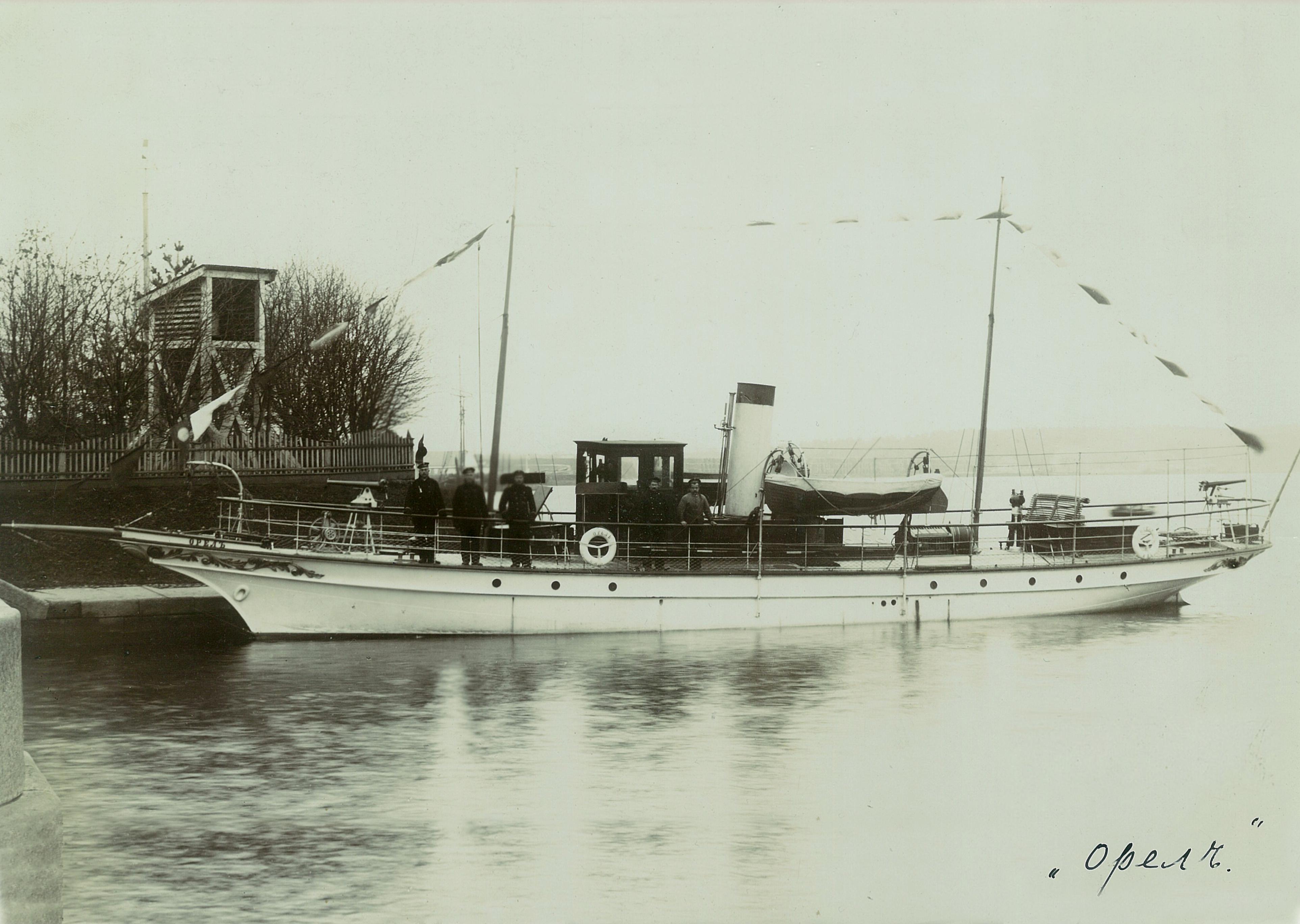 Яхта В.П.Всеволожского «Орёл» у пристани с командой
