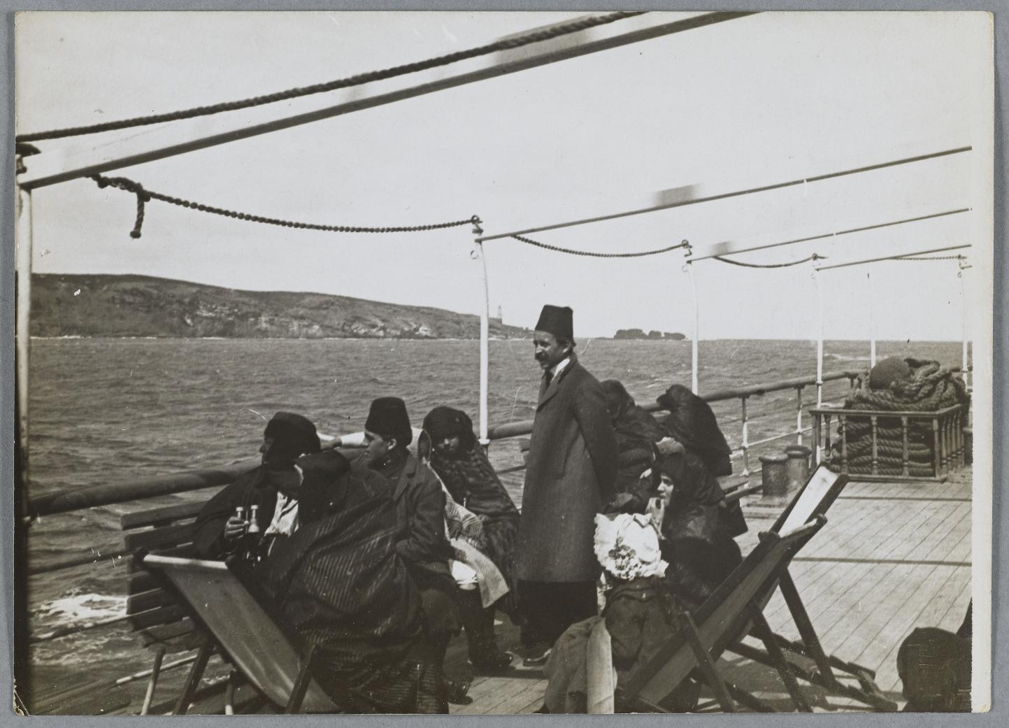 Группа женщин с двумя мужчинами и девочкой на лодке