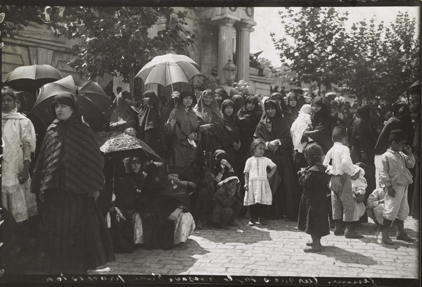 Дамы после прохождения процессии