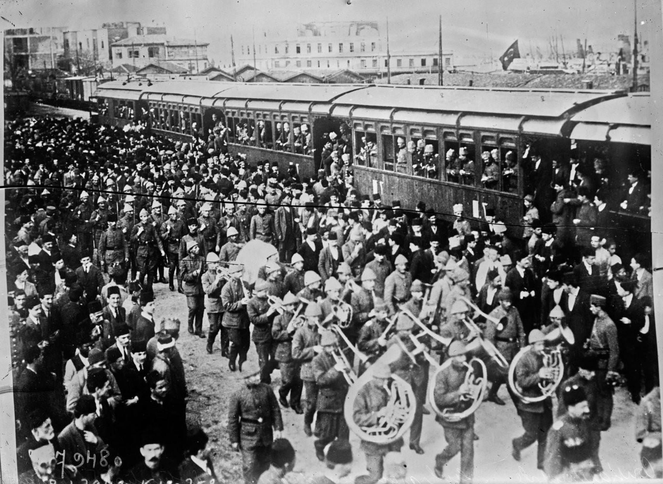Посадка в поезд турок, направляющихся во Фракию