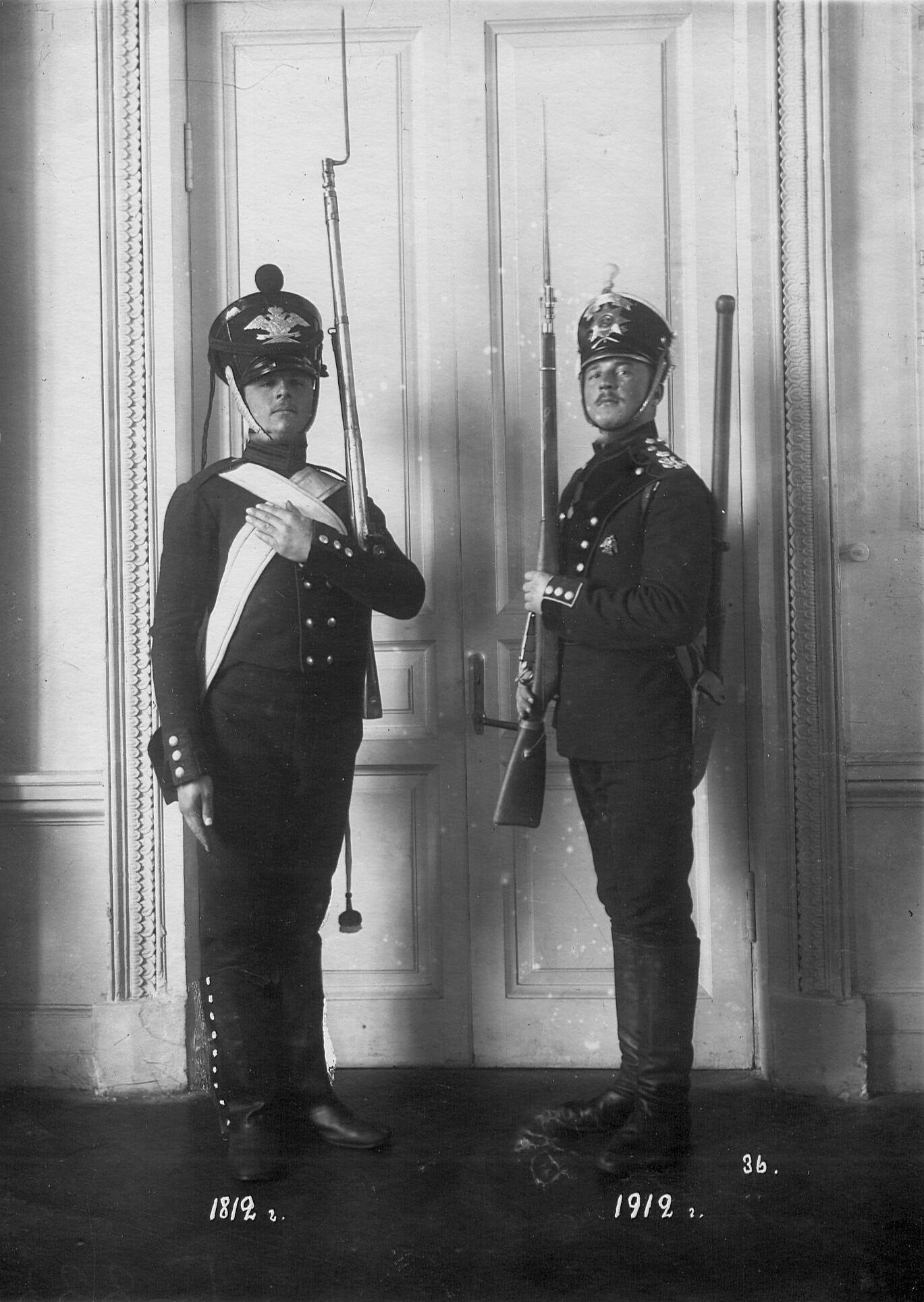 Рядовые саперы батальона в форме образца 1812 и 1912 годов.