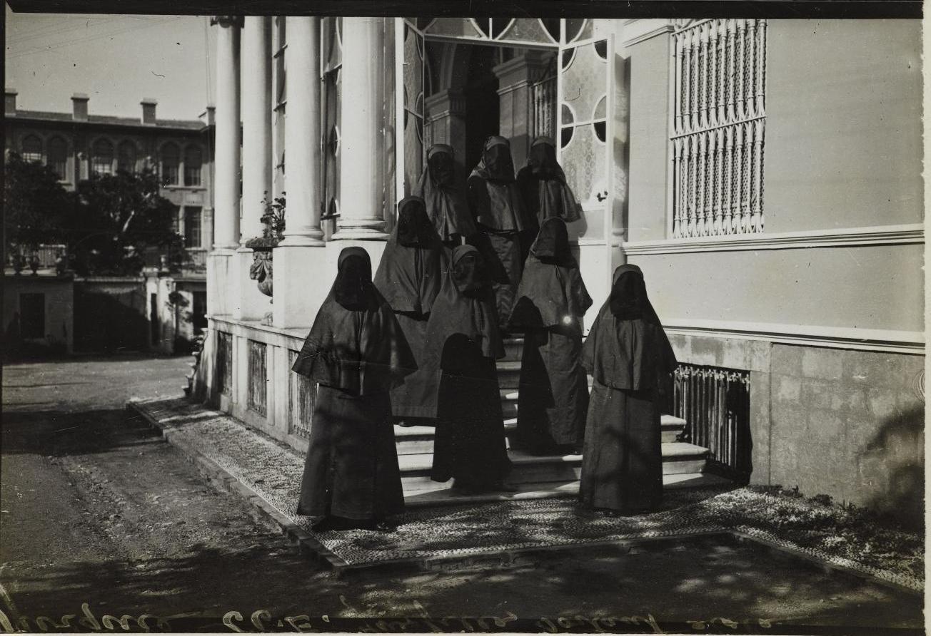 Учительский колледж для женщин. Учащиеся у входа в здание